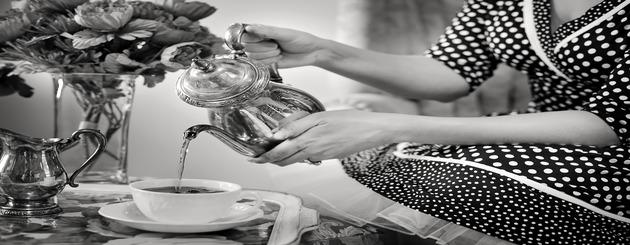 femme sers l eau chaude du thé